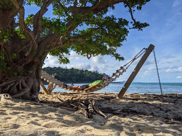 Mika dans le hamac d'Escape Beach sur l'île Hamilton - Exploring Paw