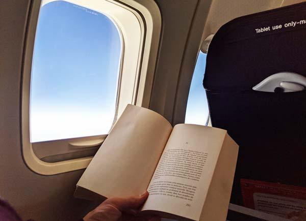 Pause lecture dans l'avion entre Sydney et l'île Hamilton