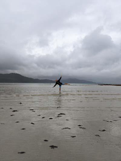 Mika sur la plage de Catseye Beach - Exploring Paw