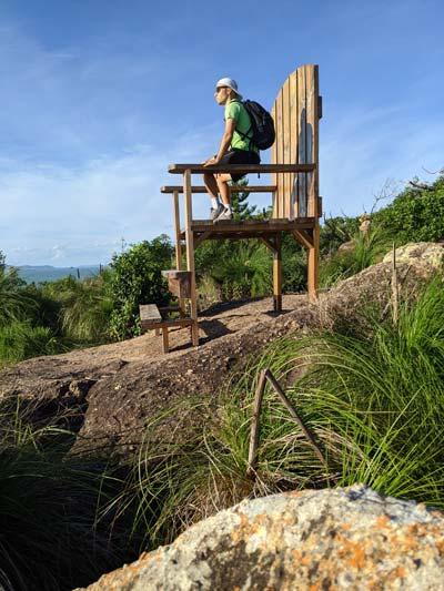 Mika sur la chaise géante de South East Head - Exploring Paw