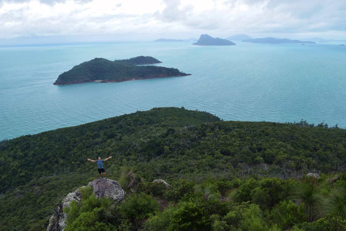 Vue sur Perseverance Island au point de vue PAssage Peak au sommet de l'île Hamilton