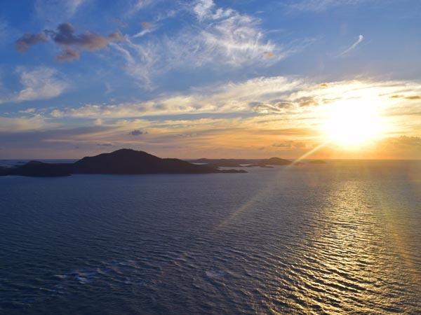 Lever de Soleil au-dessus de l'océan sur les Whitsundays