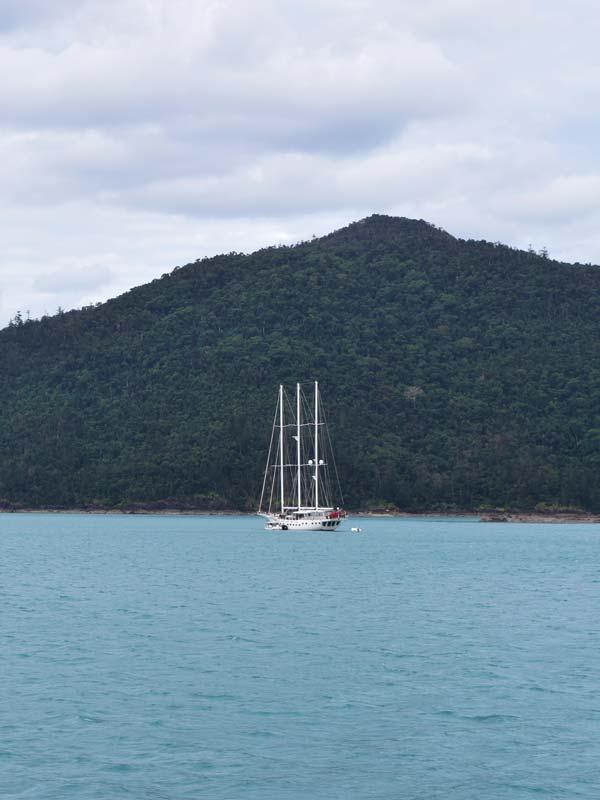 Voilier sur la mer dans les Whitsundays