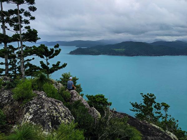 Conifères, roches et eau turquoise au sommet d'Hamilton Island