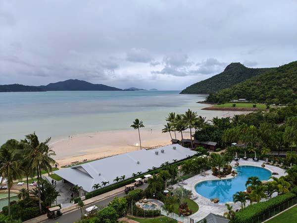 Vue du resort et de la piscine en contrebas depuis la chambre aux Whitsundays Apartments