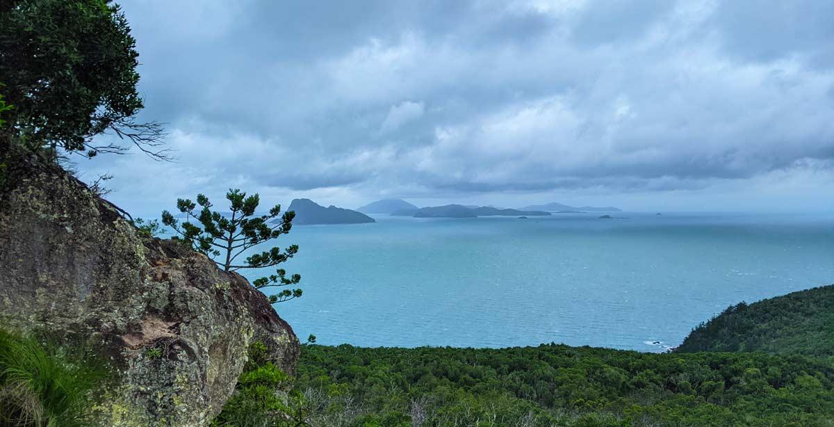 Vue sur plusieurs îles des Whitsundays pendant l'ascension de Passage Peak - Exploring Paw