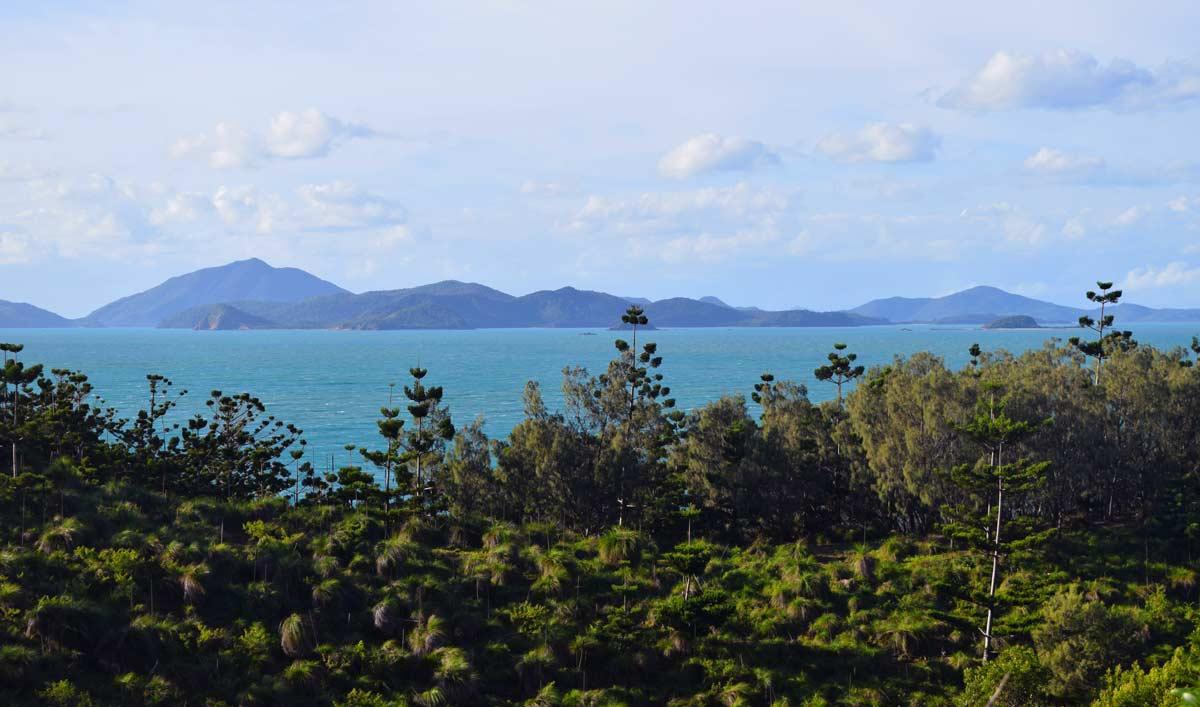 Vue sur plusieurs îles de l'archipel des Whitsundays à l'horizon