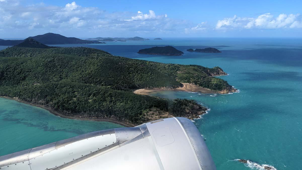 Vue de l'archipel des Whitsundays depuis la fenêtre de l'avion