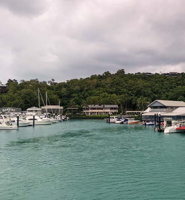 La marina de Hamilton Island avec ses restaurants