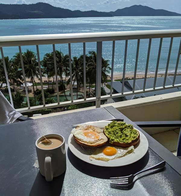 Petit déjeuner sur le balconde notre appartement avec vue sur Catseye Beach
