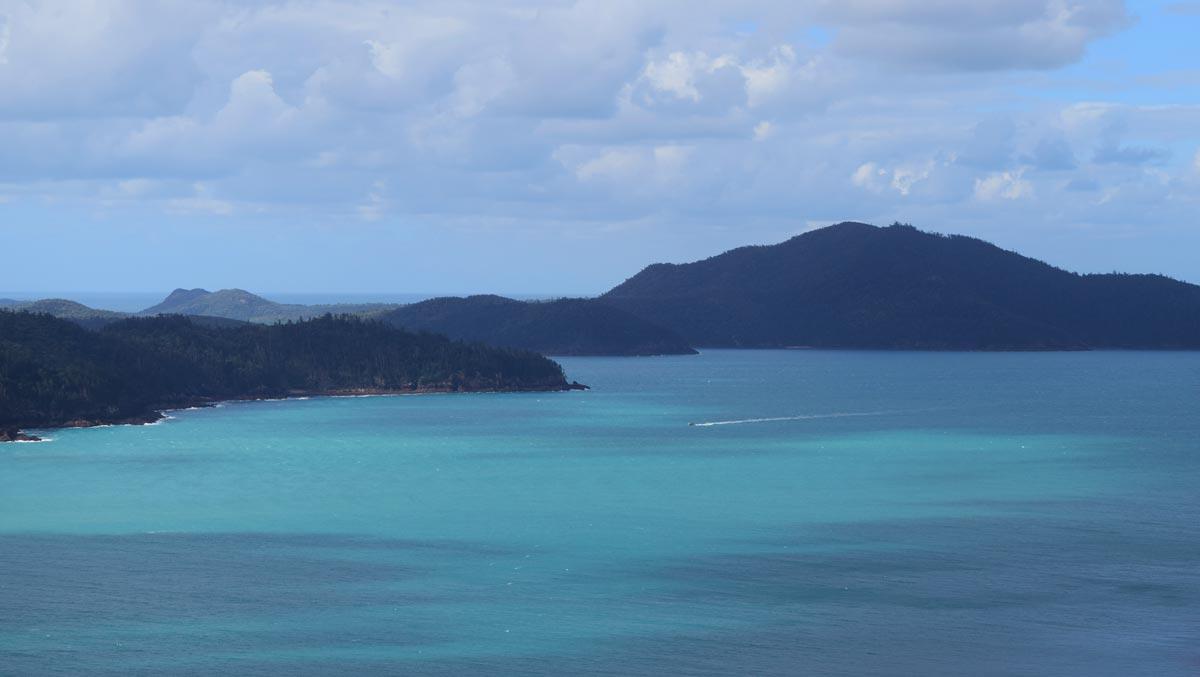 La baie en face de Catseye Beach avec Whitsunday Island en fond de paysage